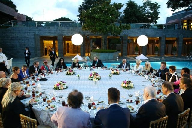 Cumhurbaşkanı Erdoğan Sanat ve Spor Dünyasının Ünlü İsimleriyle Buluştu
