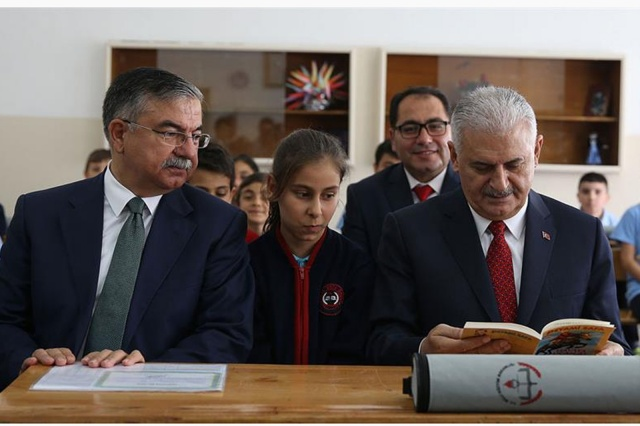 Başbakan Binali Yıldırım Altındağ'da karne dağıttı