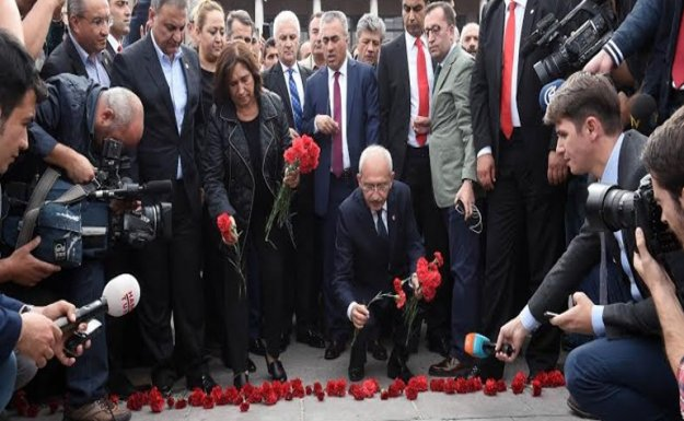 Kılıçdaroğlu karanfil bıraktı