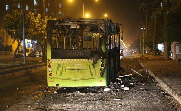 Diyarbakır'da terör örgütü yandaşları yolcu otobüsünü yaktı