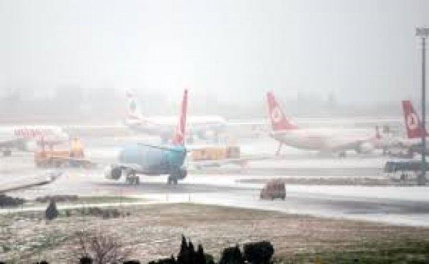 İstanbul'da Kar Havayolu Ulaşımını Etkilemeye Davem Ediyor