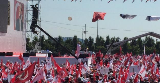 """Miting Konseri """"Bekle Bizi İstanbul"""" Şarkısıyla Başladı """