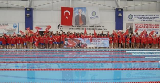 Bakırköy'de Cumhuriyet Kupası Yüzme Yarışları Düzenlendi