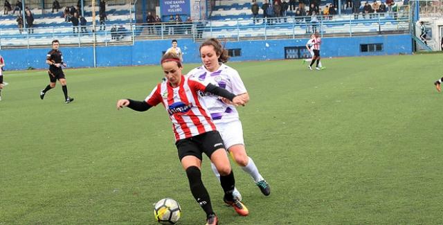 Kadın Futbolunun İki Yenilgisiz Takımı Ataşehir'de Karşılaşacak