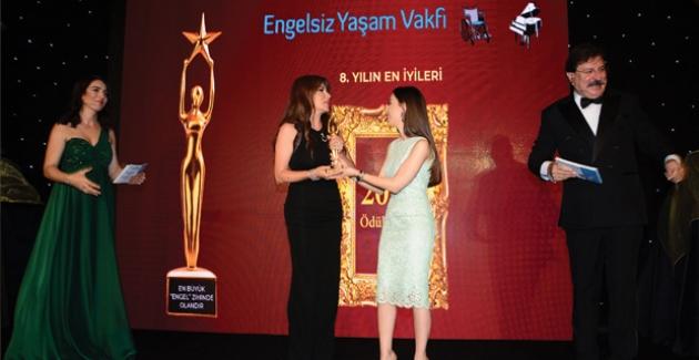 Ebru Yaşar Ödül Gecesinde Engelleri Kaldırdı