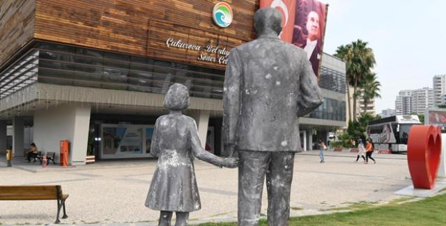 Çukurova'da Atatürk Büstüne Satırlı Saldırı