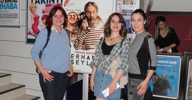 Arzu Okay'ın Kızı İle Tiyatro Keyfi