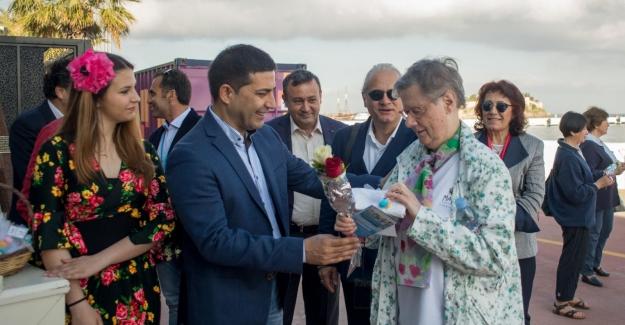 Başkan Günel Türkiye'ye İlk Seferini Yapan Lüks Fransız Gemisini Ve Turistleri Karşıladı