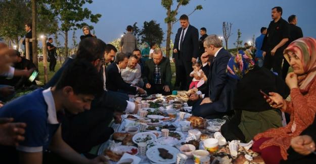 Cumhurbaşkanı Erdoğan, İstanbul'da Vatandaşlarla İftar Yaptı