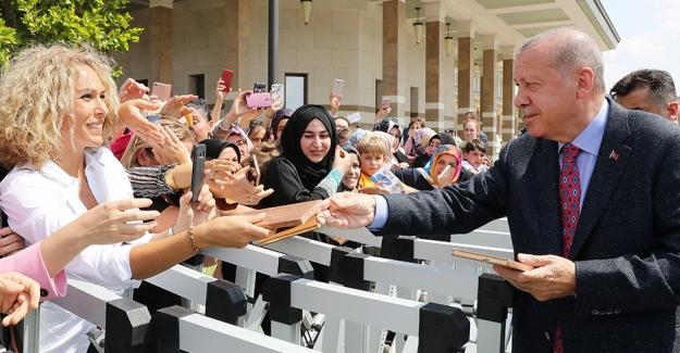Cumhurbaşkanı Erdoğan, Beştepe Millet Camisi'nde Kıldığı Cuma Namazının Ardından Vatandaşları Selamladı