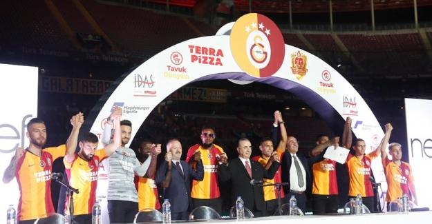 Galatasaray'da Yeni Transferler Taraftarlarla Buluştu