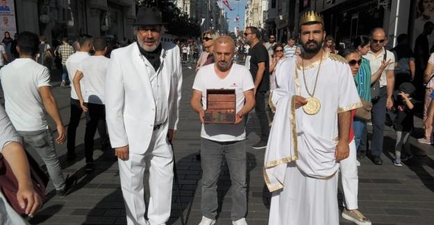 Kral Midas Hazine Sandığıyla Beyoğlu'na Çıktı