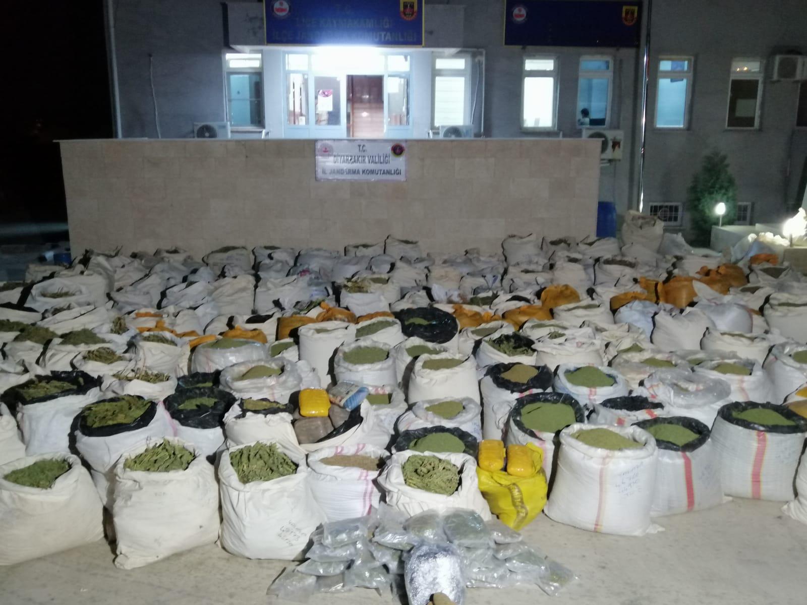 Diyarbakır'da 5 Ton 312 Kg Esrar İle 1 Milyon 337 Bin 533 Kök Kenevir  Bitkisi Ele Geçirildi