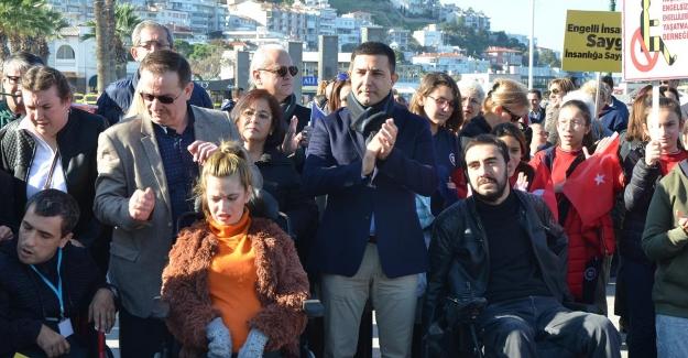 Kuşadası'nda Engelli Vatandaşlar Engelsiz Bir Dünya İçin Yürüdü