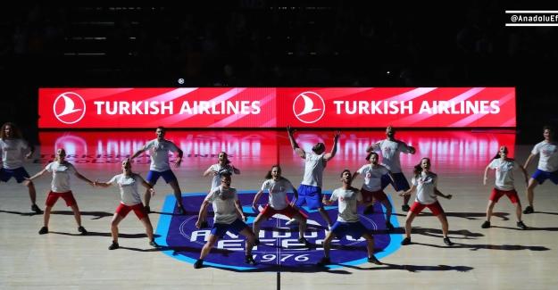 Anadolu Efes'in EuroLeague Maçında Gerçekleşen Kan Kanseri Mücadele Dansı Büyük Alkış Topladı!