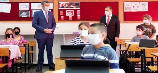 """Bakan Selçuk: """"60 Bin Tablet İhtiyaç Sahibi Öğrencilere Ulaştırıldı"""""""