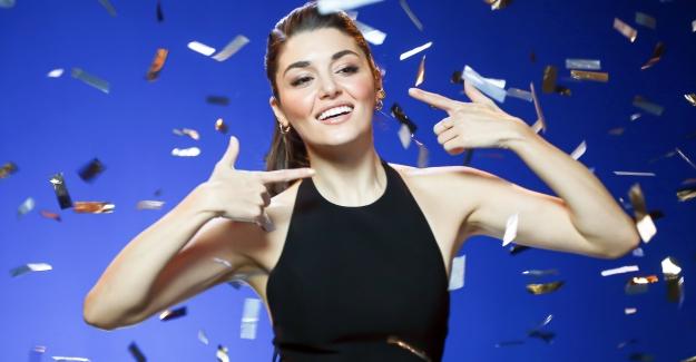 Hande Erçel Bembeyaz Gülüşüyle Signal'in Yeni Reklam Yüzü Oldu
