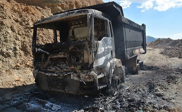 PKK 10 aracı yaktı