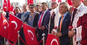 Darbe Girişimini Kınamak için Akademisyenler Taksim'de
