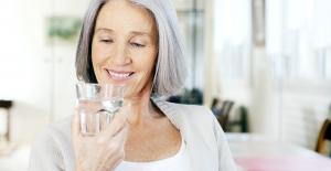 Yaşlılıkta Her İlaçla Bir Bardak Su İç