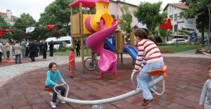 Bakırköy'de Parkların Oyun Grupları ve Bankları Renkleniyor