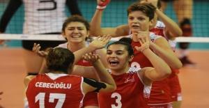 U18 Milli Voleybol Takımı Yenilgisiz Yarı Finalde