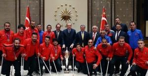 Cumhurbaşkanı Erdoğan, Ampute Futbol ve Tekerlekli Sandalye Basketbol A Millî Takımlarını Kabul Etti