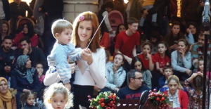 Wilma Elles İkiz Çocuklarıyla Orkestra Yönetti
