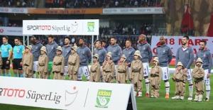 Beşiktaş, Başakşehir Maçına Yarı Maraton Pankartıyla Çıktı