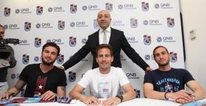 Trabzonspor'un Yıldız Futbolcuları QNB Finansbank Şubesindeki İmza Gününde Sevenleriyle Buluştu