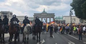 Almanya'da Binlerce Kişi Irkçı Partiyi Protesto Etti