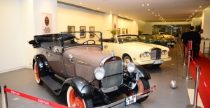 Klasik Otomobiller Sergisi Süzer Plaza'da