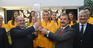 Dünya Şampiyonları, Kupayı Vakıfbank Yönetim Kurulu'na Takdim Etti