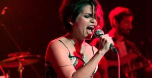 Konserinde ''Kadın Hakları Günü''nü Kutladı