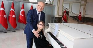 Zeynep Su Hayalindeki Piyanoya Kavuştu