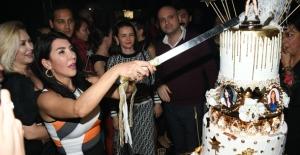 Hande Yener Yeni Yaşına Aila'da Girdi