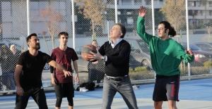 AK Parti Sözcüsü Çelik, Gençlerle Basketbol Oynadı