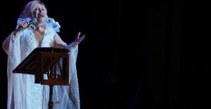 Emel Sayın İlk Kez Sahnede Seslendirdi Gözyaşlarını Tutamadı