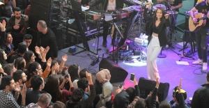Derya Uluğ Konserde Sevgilisine Şarkı Söyletti