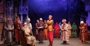 """""""Devlet Tiyatroları Perdelerini Kapatmıyor"""""""