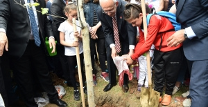 """Kılıçdaroğlu, Genel Merkez Bahçesine """"100. Yıl Onur Çınarı"""" Dikti"""