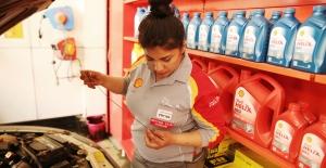 Shell Türkiye'nin İlk Kadın Motor Yağı Uzmanı