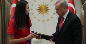 Cumhurbaşkanı Erdoğan, İki Kez Dünya Şampiyonu Olan Tekvandocu İrem Yaman'ı Kabul Etti