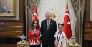 Cumhurbaşkanı Erdoğan, Paralimpik Yüzme Şampiyonası'nda Dereceye Giren Sümeyye Boyacı İle Sevilay Öztürk'ü Kabul Etti