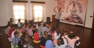 """Kuşadası'nda """"Dünya Çocuk Kitapları Haftası"""" Etkinliği"""