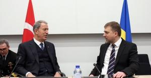 Bakan Akar, Ukrayna Savunma Bakanı Zagorodnyuk İle Telefonda Görüştü