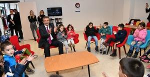 Başkan Çetin Miniklerle İzmir Marşı'nı Söyledi