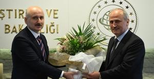 Ulaştırma Ve Altyapı Bakanı Karaismailoğlu, Görevi Eski Bakan Turhan'dan Devraldı