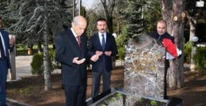 Bahçeli, Başbuğ Alparslan Türkeş'in Vefatının 23. Yıl Dönümünde Kabri Başında Dualarla Andı