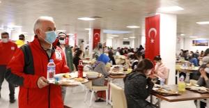 Kızılay'dan Sağlık Çalışanlarına İftar Yemeği